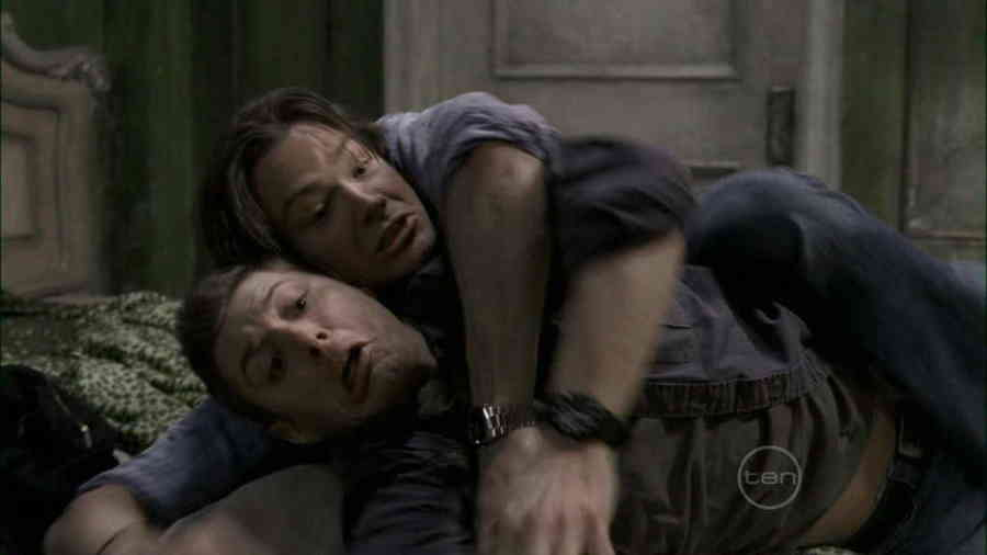 Supernatural-2x15-tall-tales-winchesters-fighting